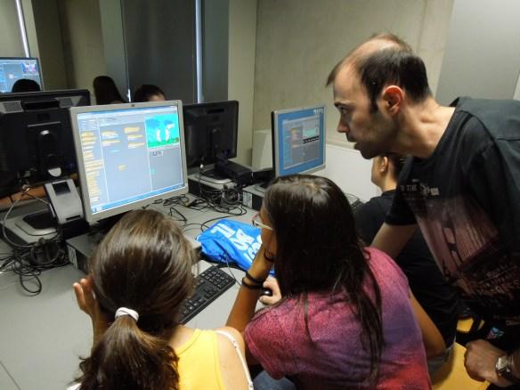 L'Eduard fent taller d'Scratch als estudiants del 5è Jove Campus de Recerca de la UdG.